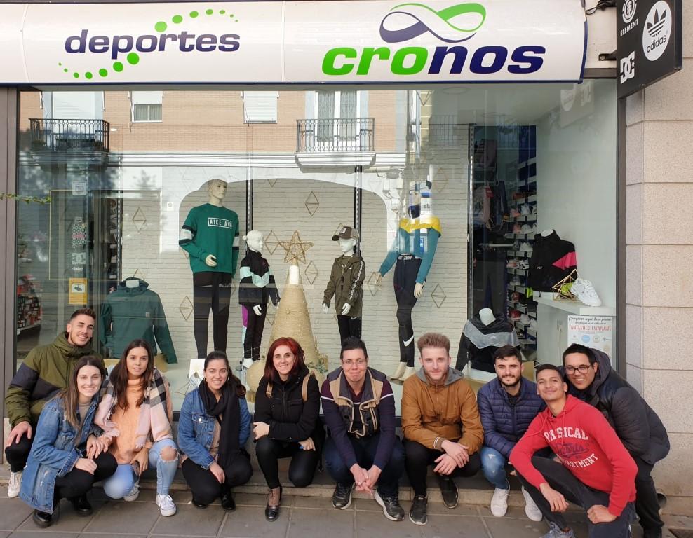 """LOS ALUMNOS DE COMERCIO DECORAN EL ESCAPARATE DE """"CRONOS"""""""